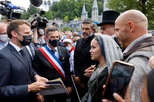 Macron Lourdes.jpg